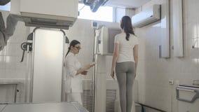 De Scanner van de röntgenstraalmachine in Medisch Kabinet binnen stock videobeelden