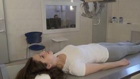 De Scanner van de r?ntgenstraalmachine in Medisch Kabinet binnen stock videobeelden