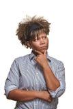 De sceptische Jonge Afrikaanse Vrouw kijkt weg stock afbeeldingen