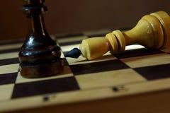 De schaakkoning verliest aan tegenstander Nederlaag en overwinning royalty-vrije stock afbeeldingen