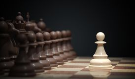 De schaakslag begint Schaak openingsbeweging - pand in centrum van raad 3D teruggegeven illustratie Stock Foto