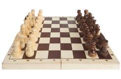 De schaakstukken worden geplaatst op een schaakbord stock fotografie