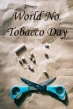 De schaar sneed een sigaret, hard licht, wereld geen tabaksdag royalty-vrije stock afbeeldingen