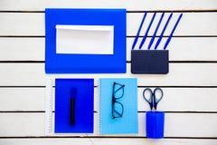 De schaarnotitieboekje van de kantoorbehoeftenpen op een houten lijst Stock Afbeelding