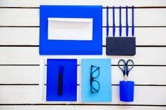 De schaarnotitieboekje van de kantoorbehoeftenpen op een houten lijst Stock Afbeeldingen