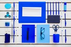 De schaarnotitieboekje van de kantoorbehoeftenpen op een houten lijst Royalty-vrije Stock Foto