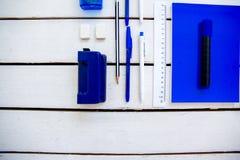 De schaarnotitieboekje van de kantoorbehoeftenpen op een houten lijst Stock Fotografie