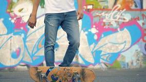 De schaatser ontbreekt Een skateboarder knipt zijn raad weg om het te vangen, maar mist stock video