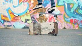De schaatser probeert om over een hindernis, langzame motie te springen stock footage