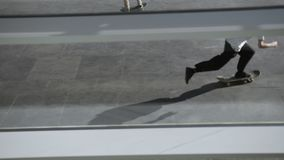 De schaatsers doet verschillende trucs in openlucht in openbaar vleetpark stock footage