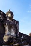 De schade van beeldhouwwerkboedha met hemel stock fotografie
