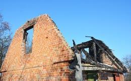 De Schade van de het Dakbrand van het baksteenhuis Het oude Huis brandt plat Royalty-vrije Stock Afbeeldingen