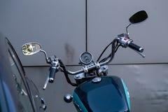 De Schaduw Amerikaanse Klassieke die Uitgave van motorfietshonda naast de auto wordt geparkeerd Mening van het dashboard en het s royalty-vrije stock foto
