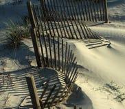 De schaduw door een omheining op het strand wordt geworpen dat royalty-vrije stock foto's