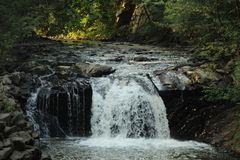 In de schaduw gesteld Rocky Waterfall stock afbeelding