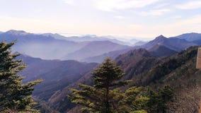 In de schaduw gestelde Japanse bergen stock foto