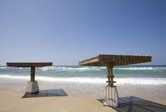 In de schaduw gestelde platforms door het strand Caesarea stock fotografie