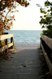 In de schaduw gestelde promenade die tot strand leiden Stock Afbeelding