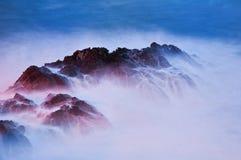 In de schaduw gestelde rotsen van het overzees. Royalty-vrije Stock Afbeeldingen
