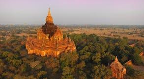 De schaduw van de hete luchtballon op bagan stupa, myanmar (dienst stock foto