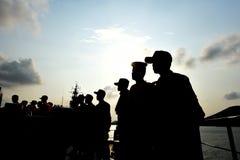 De schaduw van een mens die zich op een rij in het midden van de boot bevinden stock fotografie