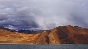 De schaduw van het bergmeer timelapse stock videobeelden