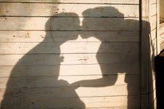 De schaduw van het kussen van jonggehuwden op houten achtergrond royalty-vrije stock fotografie