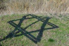 De schaduw van zes-gerichte ster van David Monument aan de slachtoffers van de Holocaust in het dorp van Bogdanovka ukraine Royalty-vrije Stock Foto