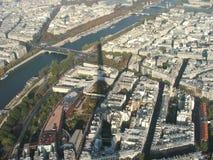 In de schaduwen van de toren van Eiffel Stock Fotografie