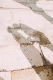 De schaduwen van jongelui enloved paar op antieke gele flagstones bij zonnige dag Royalty-vrije Stock Fotografie