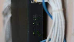 De schakelaar van de netwerkserver en ethernet stock videobeelden