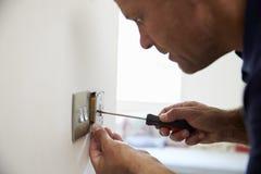 De Schakelaar van elektricienrepairing domestic light stock afbeelding