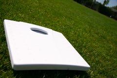 De schalen van het gewicht op groen gras Stock Foto