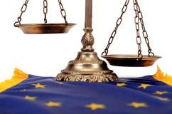 Schalen van rechtvaardigheid op de vlag van de Europese Unie Stock Afbeeldingen