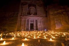De schatkist bij Petra Jordanië stak bij nacht aan Stock Afbeelding