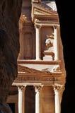 De schatkist door de rotsen. royalty-vrije stock afbeelding