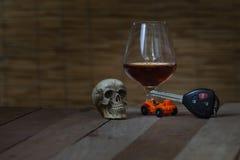 De schedel en het Drinken niet Drijfstilleven stock afbeelding