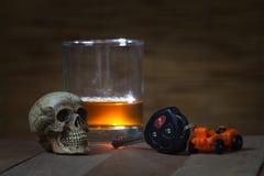 De schedel en het Drinken niet Drijfstilleven royalty-vrije stock afbeeldingen