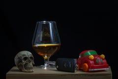 De schedel en het Drinken niet Drijfstilleven stock foto