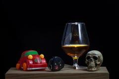 De schedel en het Drinken niet Drijfstilleven royalty-vrije stock fotografie