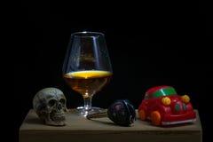 De schedel en het Drinken niet Drijfstilleven royalty-vrije stock afbeelding