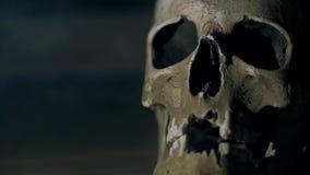 De schedel in de rook in dark De menselijke schedel gloeit van de binnenkant Halloween stock videobeelden