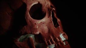 De schedel in de rook in dark De menselijke schedel gloeit van de binnenkant Halloween stock footage