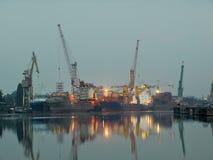 De scheepswerf van Gdansk bij dageraad Royalty-vrije Stock Foto's