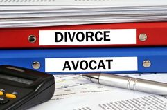 De scheiding en de advocaat dienen geschreven in gestapelde het Frans in stock afbeeldingen