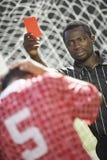 De scheidsrechter die van het voetbal rode kaart standhoudt Royalty-vrije Stock Fotografie