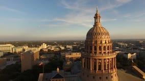 De Schemer Austin Texas Capital Building Motion van de vlaggenvlieg stock videobeelden