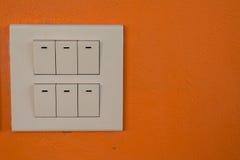 De schemerigere schakelaar en het licht schakelen schakelbord in over muur Stock Afbeelding