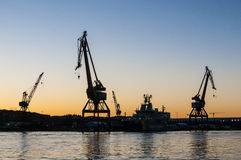 De schemering Gothenburg van scheepswerfkranen Stock Fotografie