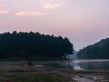 De schemering van de ochtendmist vóór zonsopgang op een kalm tropisch bergmeer in Pang Ung, Mae Hong Son-provincie, Thailand stock afbeeldingen